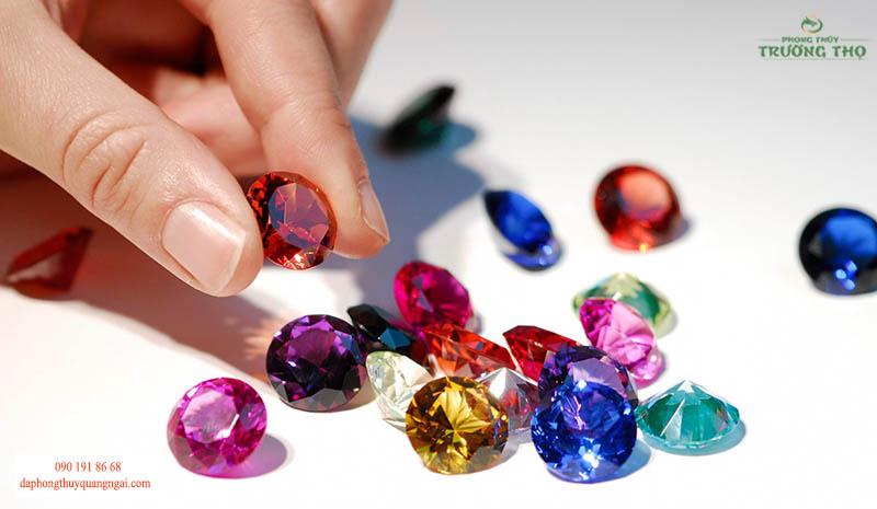 Để trở thành trang sức đá quý các loại khoáng vật phải đáp ứng được nhiều tiêu chí
