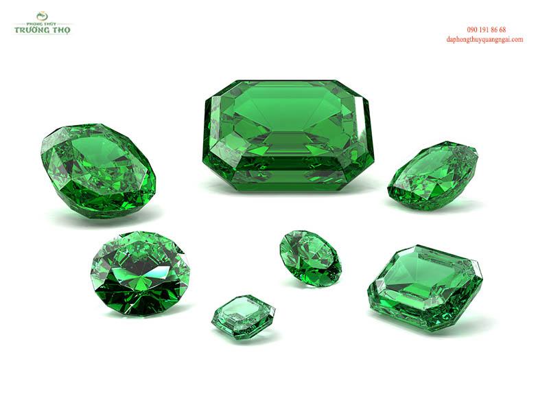 Đặc trưng của đá Emerald là sở hữu màu xanh ngọc dịu dàng, thanh khiết