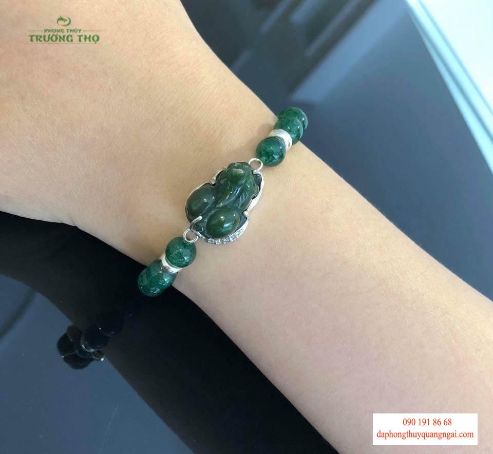Vòng đá phong thủy đeo ở tay phải giống như một chiếc bùa hộ mệnh bảo vệ sự bình an cho con người